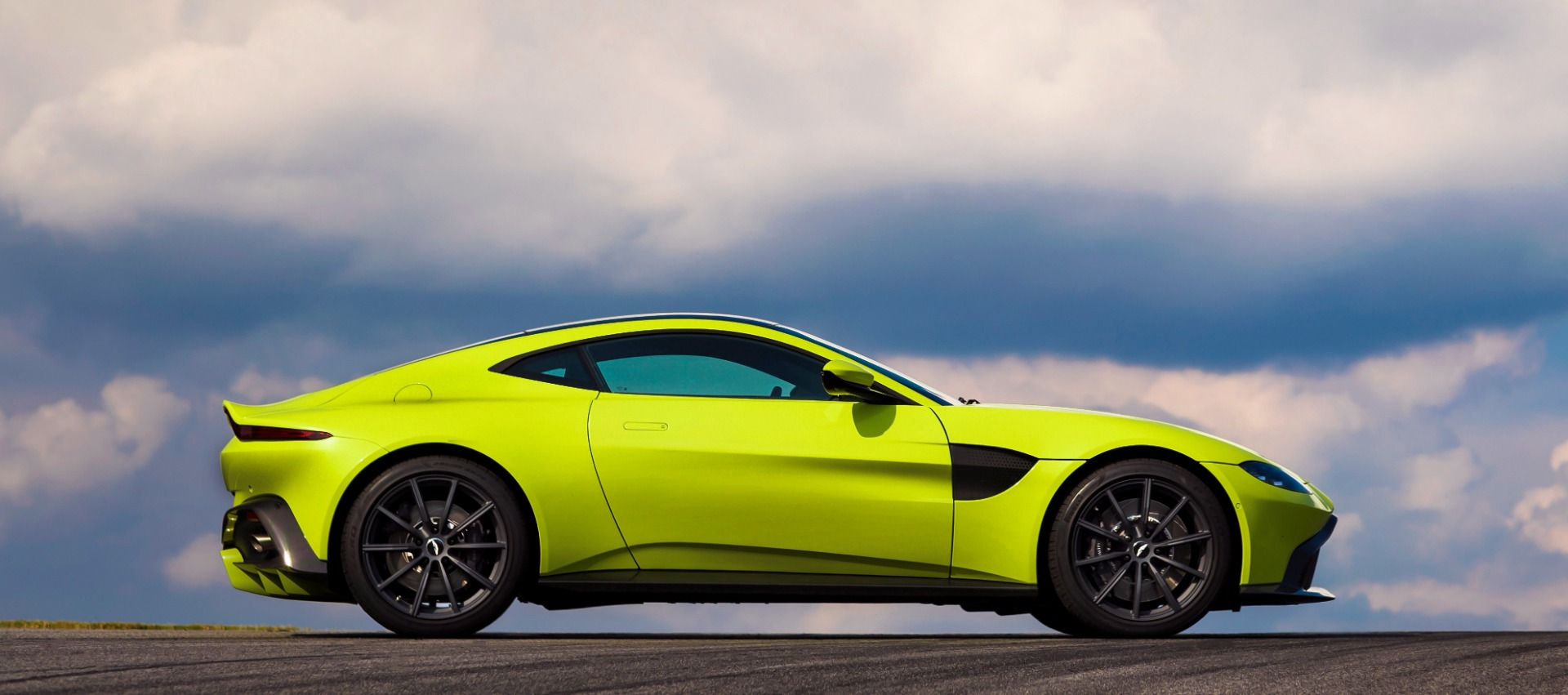 New 2019 Aston Martin Vantage  For Sale In Greenwich, CT. Alfa Romeo of Greenwich, NOW TAKING ORDERS 1803_p2