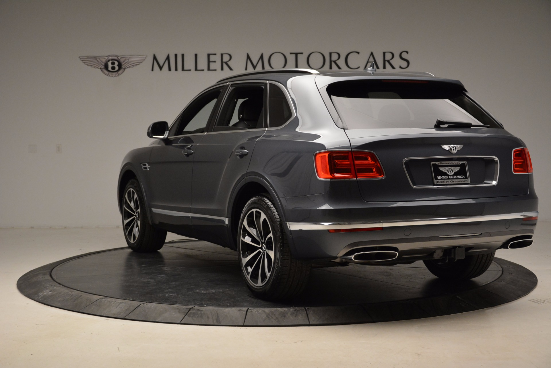 Used 2018 Bentley Bentayga W12 Signature For Sale In Greenwich, CT. Alfa Romeo of Greenwich, B1317 1903_p5