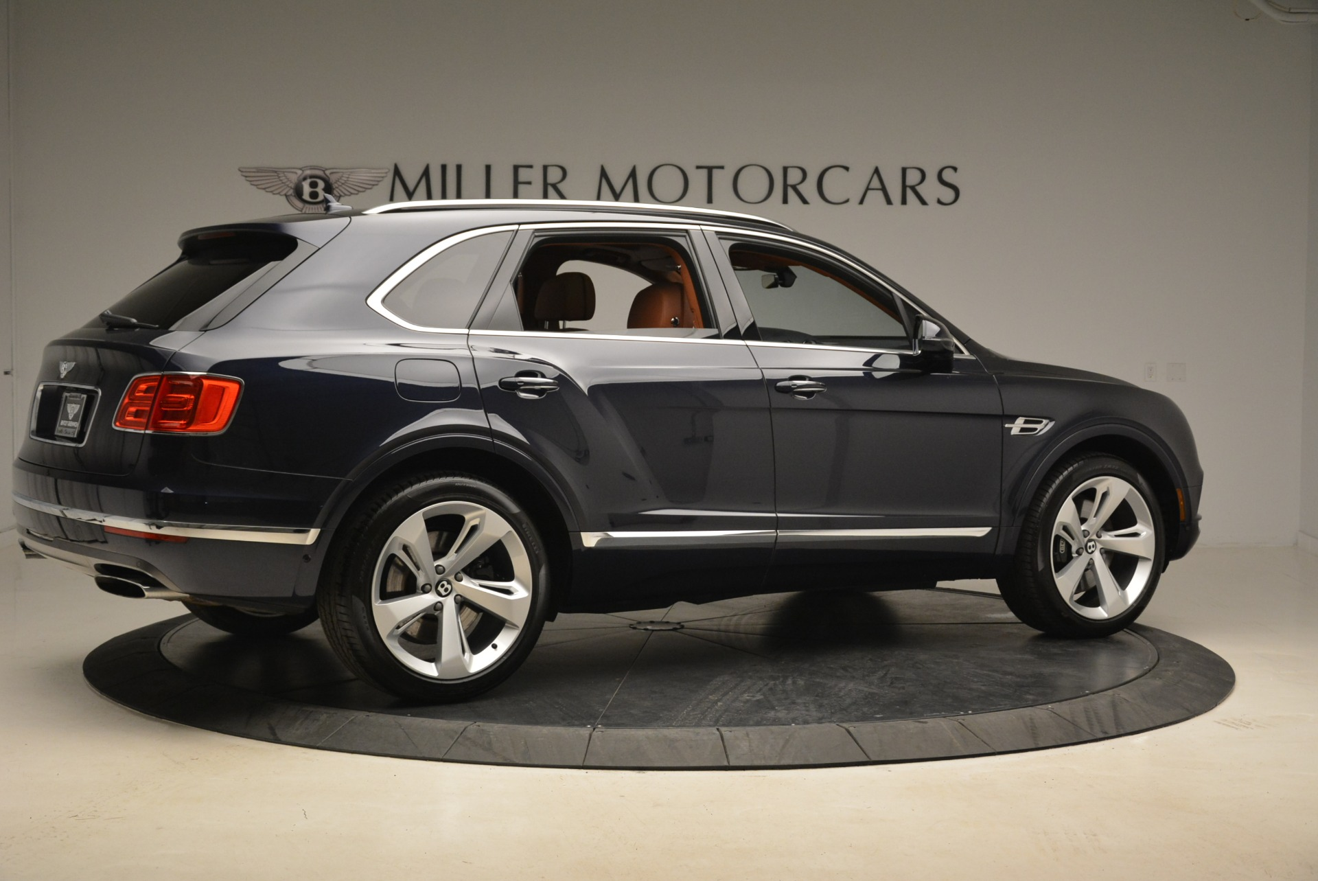 Used 2018 Bentley Bentayga W12 Signature For Sale In Greenwich, CT. Alfa Romeo of Greenwich, B1345 2165_p8