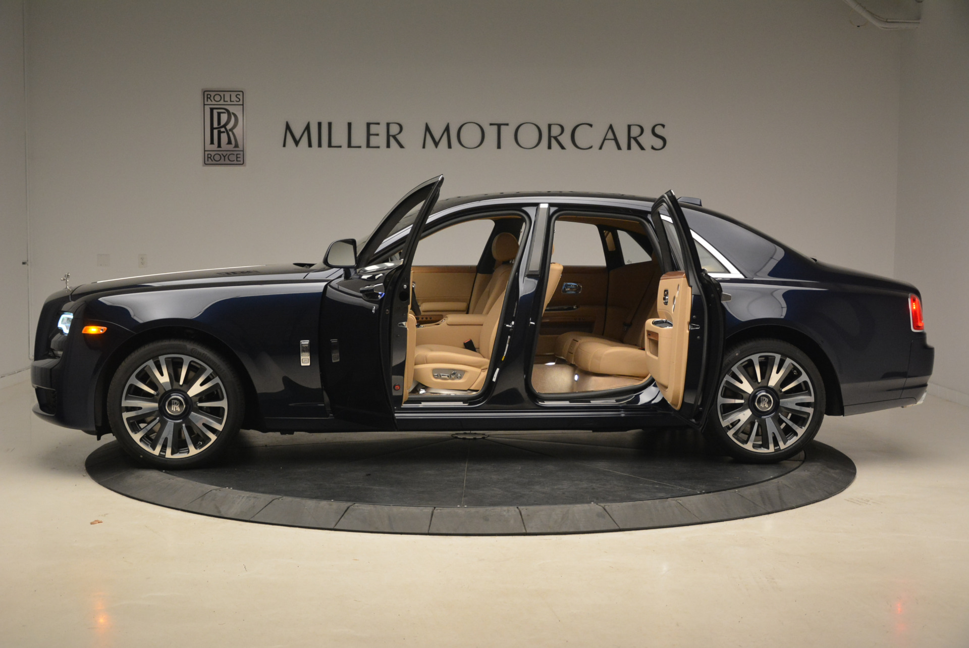 Used 2018 Rolls-Royce Ghost  For Sale In Greenwich, CT. Alfa Romeo of Greenwich, R459 2231_p4