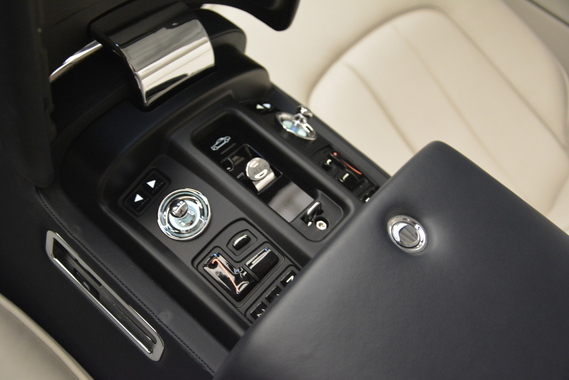 Used 2014 Rolls-Royce Phantom Drophead Coupe  For Sale In Greenwich, CT. Alfa Romeo of Greenwich, 7644 2356_p29