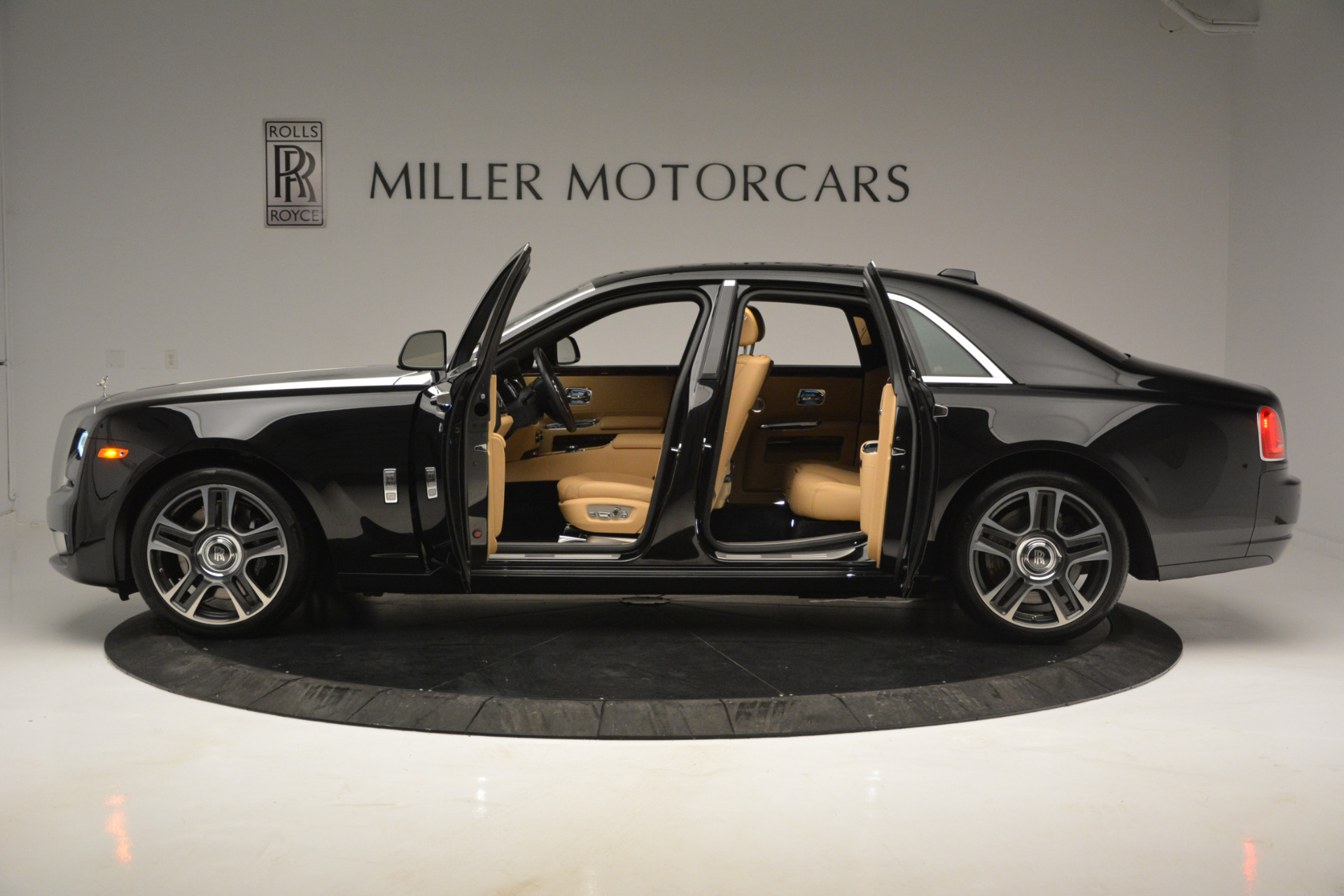 Used 2018 Rolls-Royce Ghost  For Sale In Greenwich, CT. Alfa Romeo of Greenwich, R481A 2770_p3