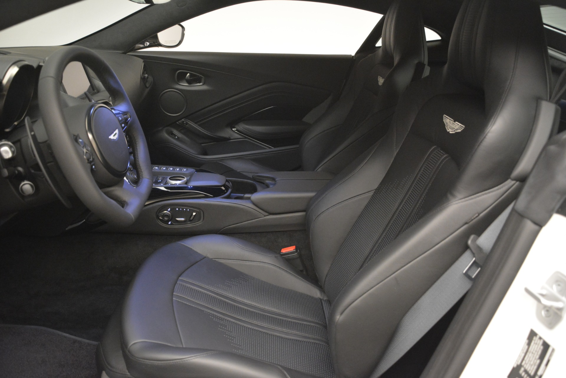 New 2019 Aston Martin Vantage Coupe For Sale In Greenwich, CT. Alfa Romeo of Greenwich, A1362 3053_p14