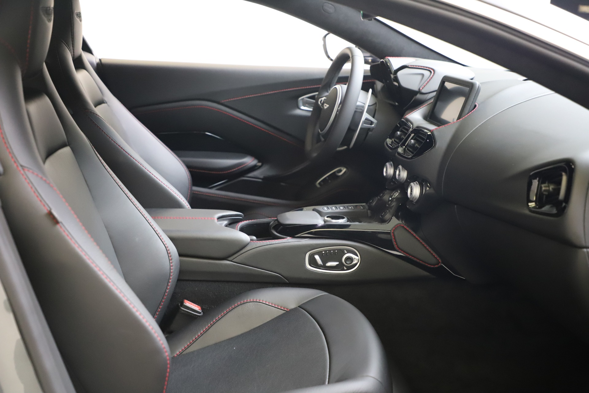 New 2020 Aston Martin Vantage V8 For Sale In Greenwich, CT. Alfa Romeo of Greenwich, A1396 3384_p16