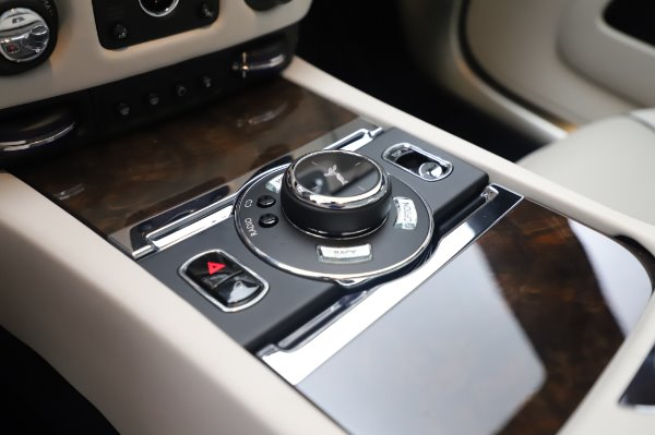 Used 2017 Rolls-Royce Dawn Base for sale $248,900 at Alfa Romeo of Greenwich in Greenwich CT 06830 28