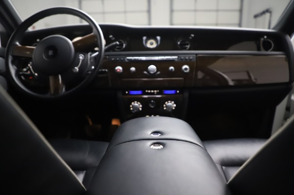 Used 2014 Rolls-Royce Phantom for sale $199,900 at Alfa Romeo of Greenwich in Greenwich CT 06830 28